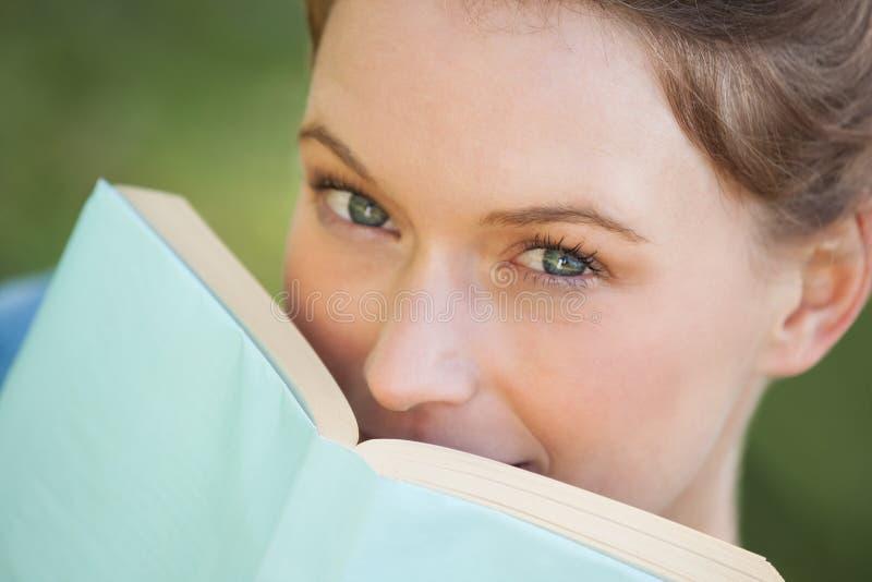 Ακραίο πορτρέτο κινηματογραφήσεων σε πρώτο πλάνο της όμορφης γυναίκας με το βιβλίο στοκ φωτογραφίες με δικαίωμα ελεύθερης χρήσης