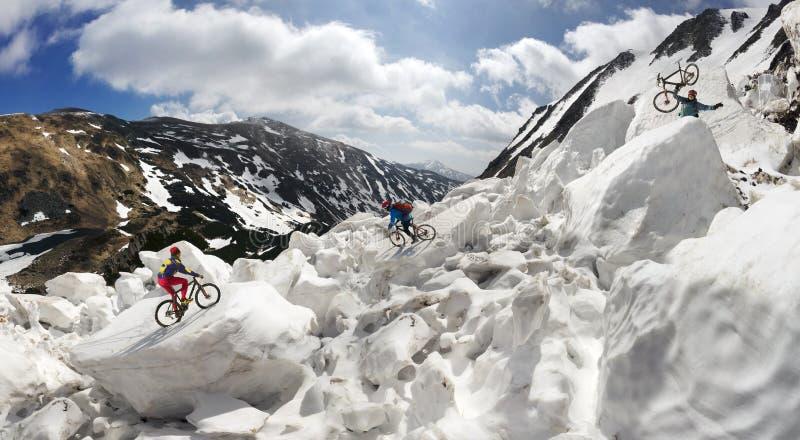 Ακραίο ποδηλατών και βουνών στο icefall στοκ φωτογραφίες