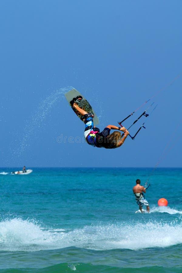 ακραίο kitesurfer που κάνει το τέχν& στοκ εικόνα με δικαίωμα ελεύθερης χρήσης