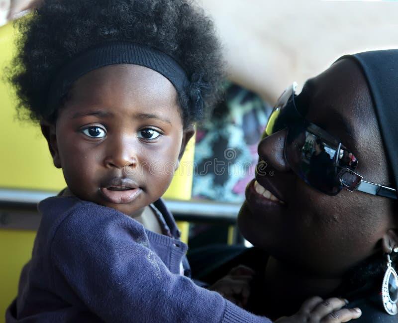 ΑΚΡΑ, ΓΚΑΝΑ - 1 Ιουλίου 2014 Μη αναγνωρισμένος κάτοικος της Γκάνας λίγο μωρό στοκ εικόνα