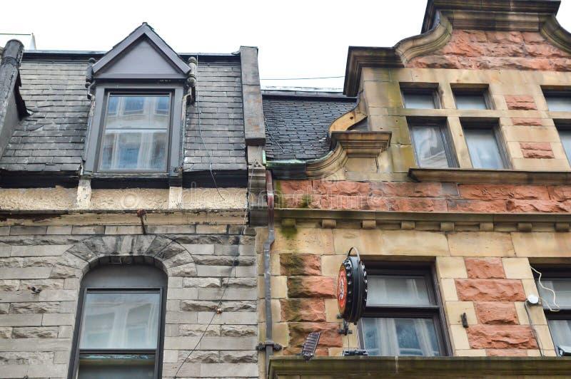 Ακριβά παλαιά σπίτια με τα τεράστια παράθυρα στο Μόντρεαλ στοκ φωτογραφίες με δικαίωμα ελεύθερης χρήσης