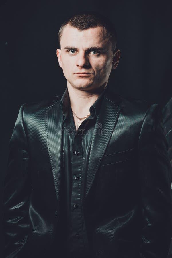 Ακριβές αρσενικό πορτρέτο ο τύπος στο κλασικό μαύρο κοστούμι στοκ φωτογραφίες