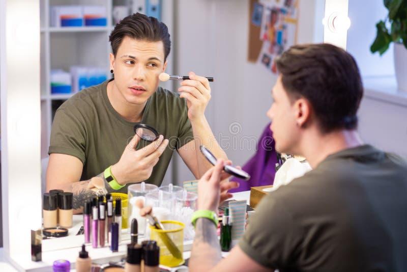 Ακριβής εξαιρετικός τύπος που καλύπτει το πρόσωπο με τη σκόνη makeup στοκ εικόνα με δικαίωμα ελεύθερης χρήσης