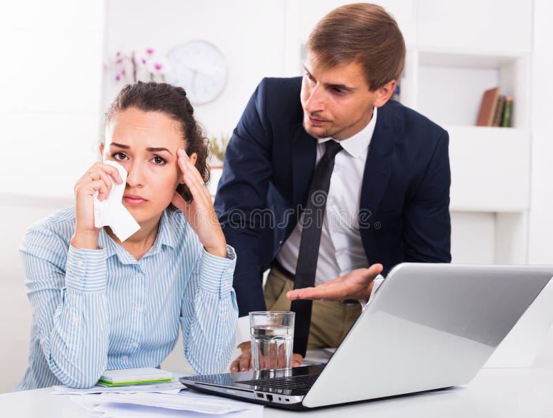 Ακριβής κύρια κατηγορώντας φωνάζοντας γυναίκα ανδρών στο σταθερό γραφείο στοκ φωτογραφία