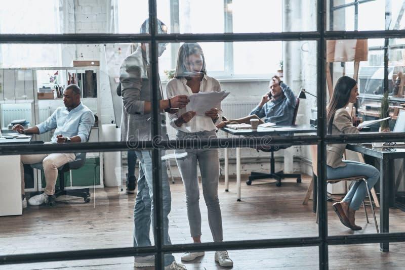 Ακριβώς εργάσιμη ημέρα Πλήρες μήκος των σύγχρονων νέων που εργάζονται και στοκ φωτογραφία με δικαίωμα ελεύθερης χρήσης