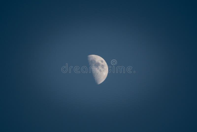 Ακριβώς μισό φεγγάρι στοκ εικόνες