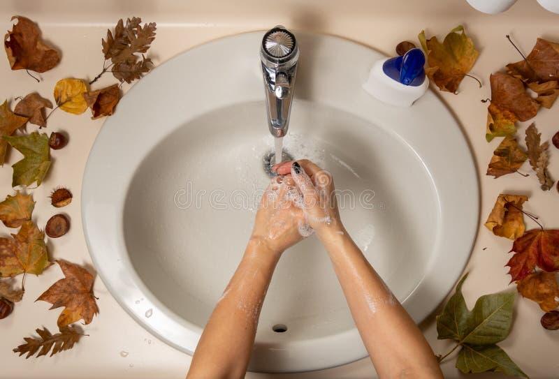 Ακριβώς πάνω από το κοντινό πλάνο με θηλυκά χέρια κάτω από το νερό στοκ φωτογραφία με δικαίωμα ελεύθερης χρήσης