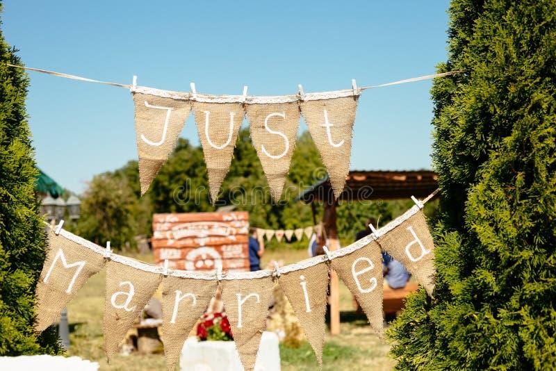 Ακριβώς παντρεμένη γιρλάντα γιρλαντών σημαδιών στοκ εικόνα