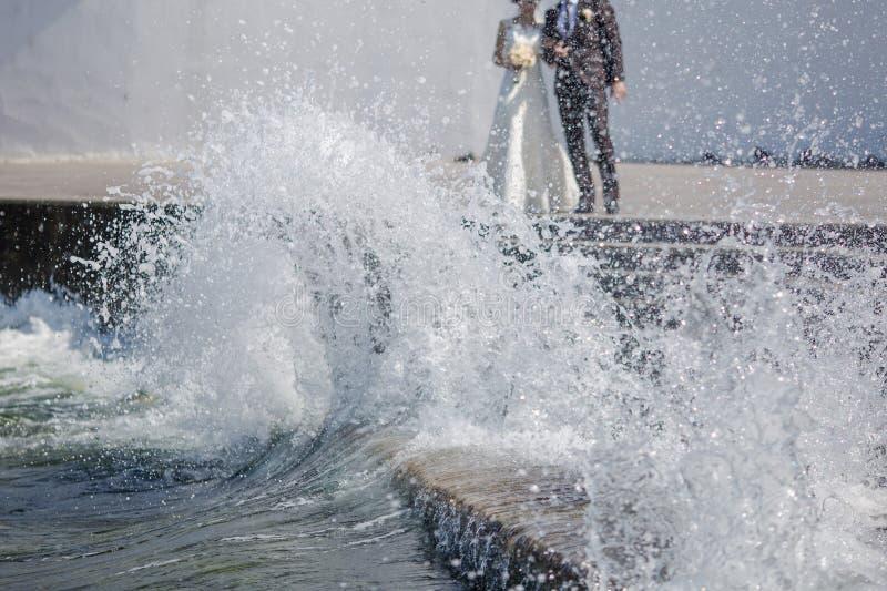 Ακριβώς παντρεμένος πίσω από την κυματωγή στοκ φωτογραφίες με δικαίωμα ελεύθερης χρήσης