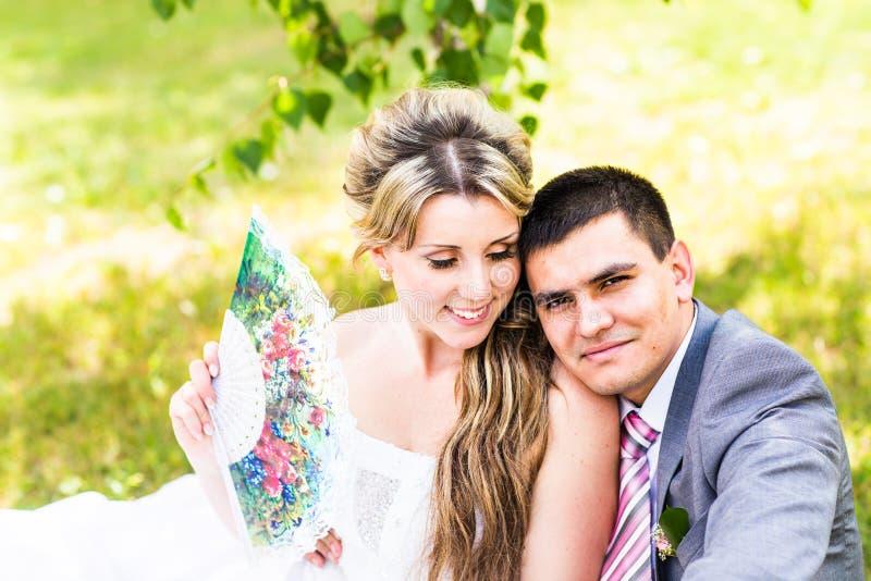 Ακριβώς παντρεμένο ζευγάρι που αγκαλιάζεται στοκ φωτογραφία