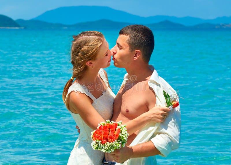 Ακριβώς παντρεμένο ζευγάρι που μοιράζεται τη ρομαντική στιγμή στοκ φωτογραφίες με δικαίωμα ελεύθερης χρήσης