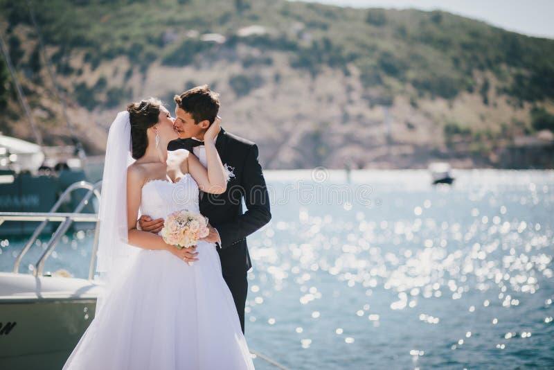 Ακριβώς παντρεμένο ζευγάρι που περπατά στο μικρό όρμο στοκ εικόνες