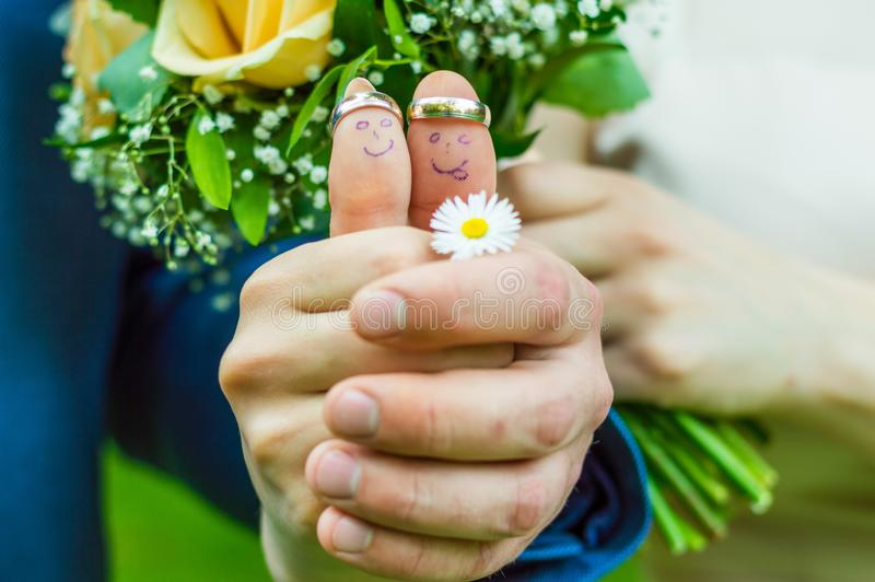 Ακριβώς παντρεμένο νέο ζευγάρι με την ανθοδέσμη των λουλουδιών στοκ φωτογραφία με δικαίωμα ελεύθερης χρήσης