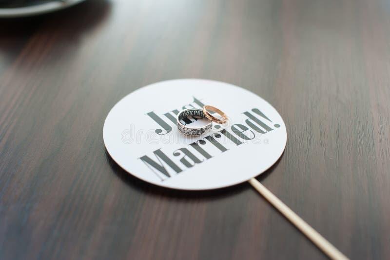 Ακριβώς παντρεμένο σημάδι με τα γαμήλια δαχτυλίδια στοκ εικόνες