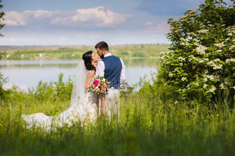 Ακριβώς outroors φιλήματος παντρεμένων ζευγαριών στοκ εικόνες