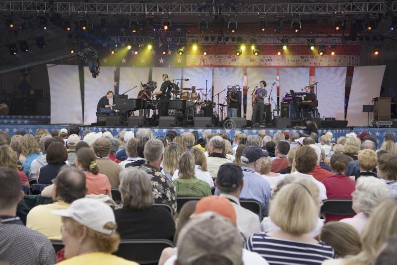 Ακροατήριο συναυλίας που προσέχει Bruce Hornsby στοκ εικόνα με δικαίωμα ελεύθερης χρήσης