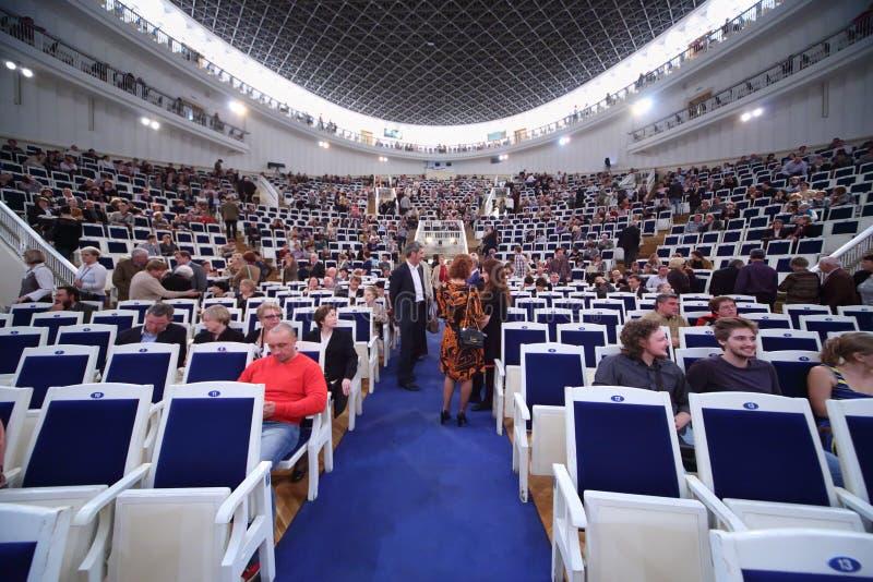 Ακροατήριο intermission σε IV μεγάλο φεστιβάλ στοκ εικόνα