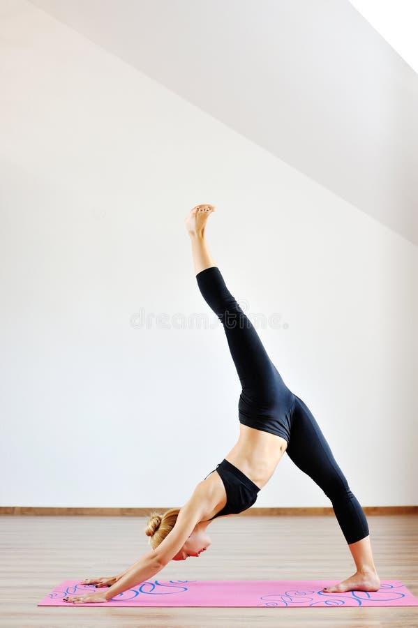 Ακροβάτης γυναικών που ασκεί τη γυμναστική γιόγκα στοκ φωτογραφία με δικαίωμα ελεύθερης χρήσης