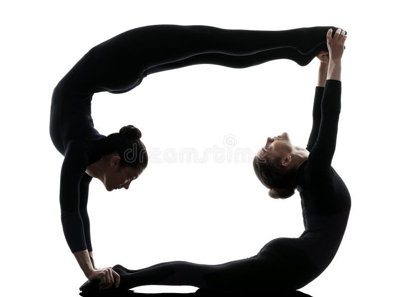 Ακροβάτης δύο γυναικών που ασκεί τη γυμναστική γιόγκα στοκ εικόνα με δικαίωμα ελεύθερης χρήσης