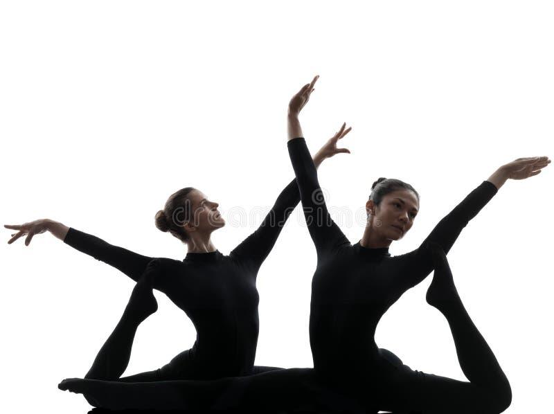 Ακροβάτης δύο γυναικών που ασκεί τη γυμναστική σκιαγραφία γιόγκας στοκ εικόνα με δικαίωμα ελεύθερης χρήσης