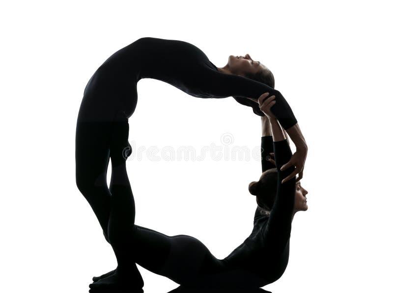 Ακροβάτης δύο γυναικών που ασκεί τη γυμναστική σκιαγραφία γιόγκας στοκ εικόνες με δικαίωμα ελεύθερης χρήσης