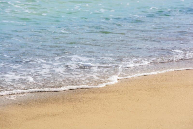 Ακροθαλασσιά Κύμα με τον αφρό Άμμος στην ακτή E Ηρεμία θερινού υπολοίπου στη θάλασσα Θέρετρο tropics r Θέση στοκ εικόνα με δικαίωμα ελεύθερης χρήσης