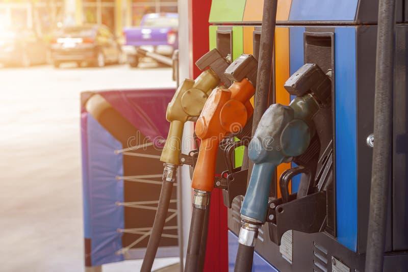 Ακροφύσιο καυσίμων αντλιών καυσίμων στο βενζινάδικο στοκ εικόνες