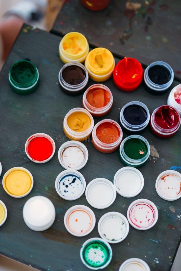 Ακρυλικά βάζα χρωμάτων των διαφορετικών χρωμάτων στον πίνακα Μάθημα σχεδίων στο σχολείο στοκ φωτογραφία με δικαίωμα ελεύθερης χρήσης