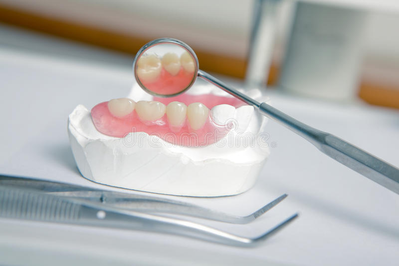 ακρυλικά οδοντιάτρων εργαλεία δοντιών οδοντοστοιχιών ψεύτικα στοκ φωτογραφία