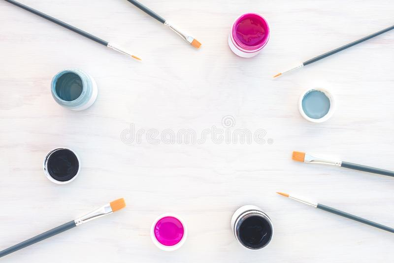 Ακρυλικά χρώμα και πλαίσιο πινέλων στο άσπρο υπόβαθρο στοκ εικόνα με δικαίωμα ελεύθερης χρήσης