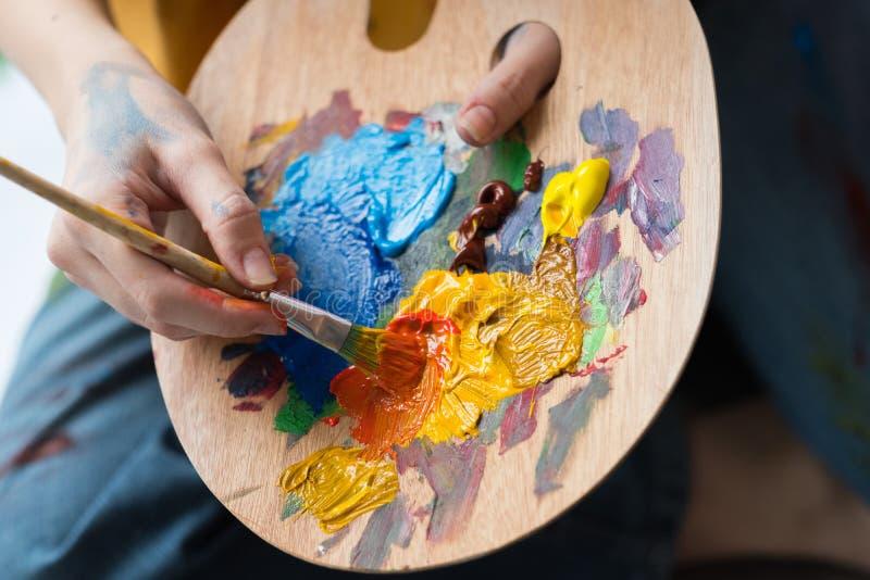 Ακρυλική παλέτα χρωμάτων μιγμάτων σχολικών καλλιτεχνών Καλών Τεχνών στοκ εικόνες