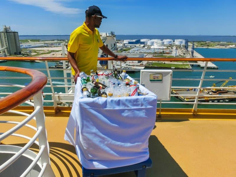 Ακρωτήριο Κανάβεραλ, ΗΠΑ - 29 Απριλίου 2018: Ο σερβιτόρος με τα οινοπνευματώδη ποτά στην όαση κρουαζιερόπλοιων πολυτέλειας των θα στοκ εικόνες με δικαίωμα ελεύθερης χρήσης