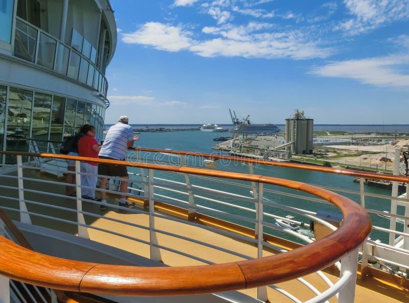 Ακρωτήριο Κανάβεραλ, ΗΠΑ - 29 Απριλίου 2018: Το ανώτερο κατάστρωμα στο σκάφος της γραμμής κρουαζιέρας ή την όαση πλοίων των θαλασ στοκ εικόνα με δικαίωμα ελεύθερης χρήσης