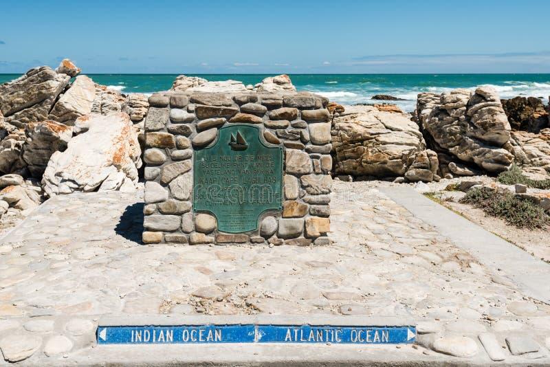 Ακρωτήριο Agulhas, η πιό νοτηότατη άκρη της Αφρικής όπου οι ατλαντικοί και ινδικοί ωκεανοί συναντιούνται στοκ εικόνες με δικαίωμα ελεύθερης χρήσης
