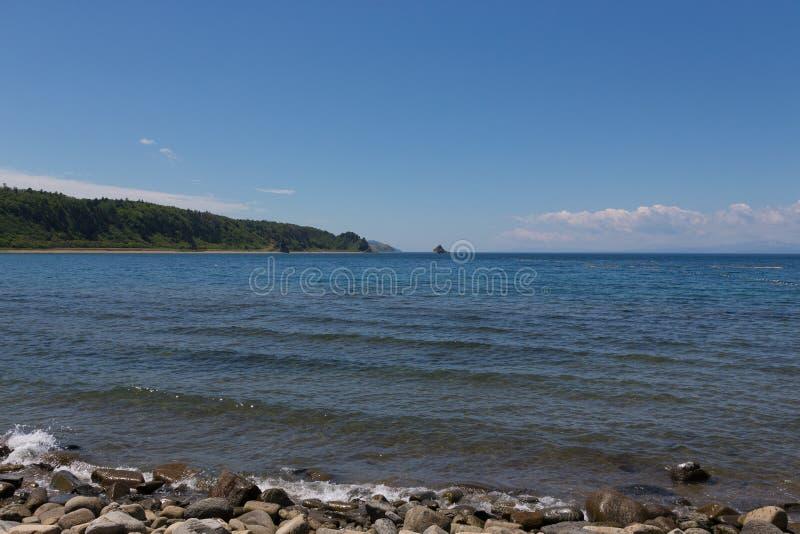 Ακρωτήριο Stolbchaty Ακρωτήριο στη δυτική ακτή του νησιού Kunashi στοκ εικόνα με δικαίωμα ελεύθερης χρήσης