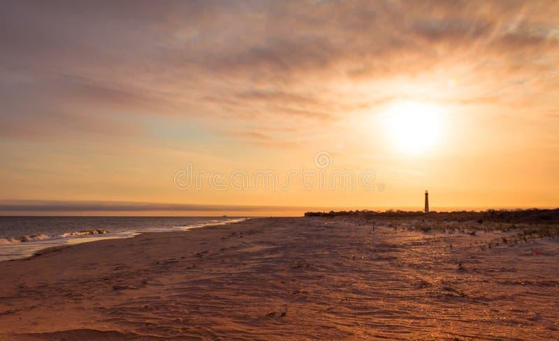 Ακρωτηρίων NJ φάρος Μαΐου στο ηλιοβασίλεμα την πρώιμη άνοιξη Ατλαντικός Ωκεανός με το θερμό μαλακό φως στοκ φωτογραφίες με δικαίωμα ελεύθερης χρήσης