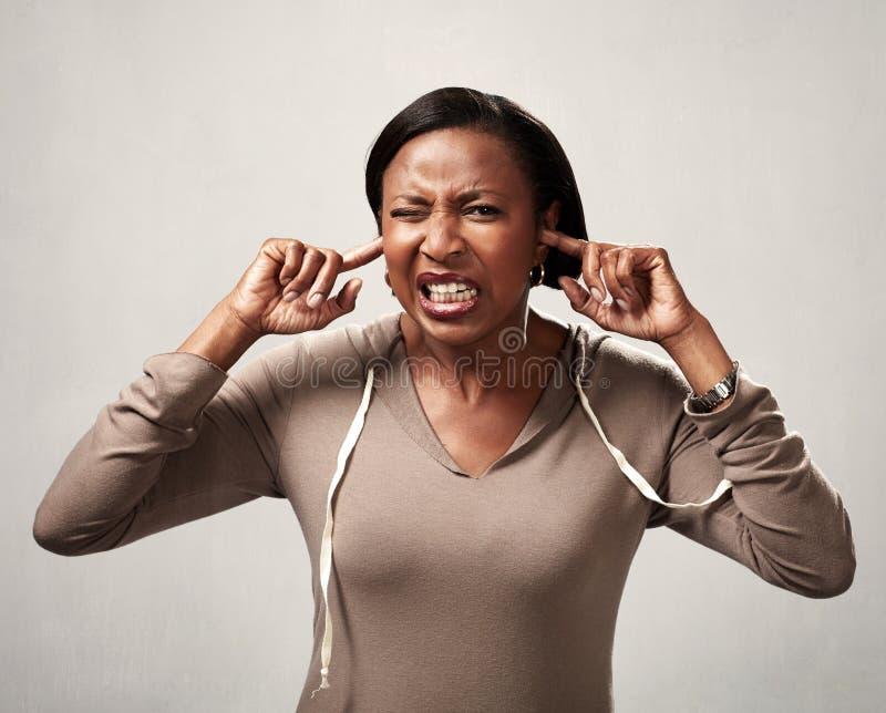 Ακρόαση μαύρων γυναικών τίποτα στοκ φωτογραφίες με δικαίωμα ελεύθερης χρήσης