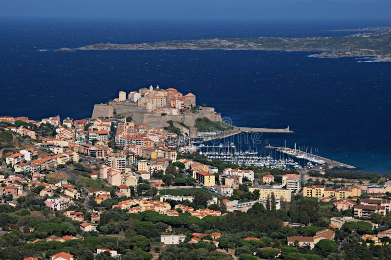 Ακρόπολη του Calvi άνωθεν η πόλη στοκ εικόνες
