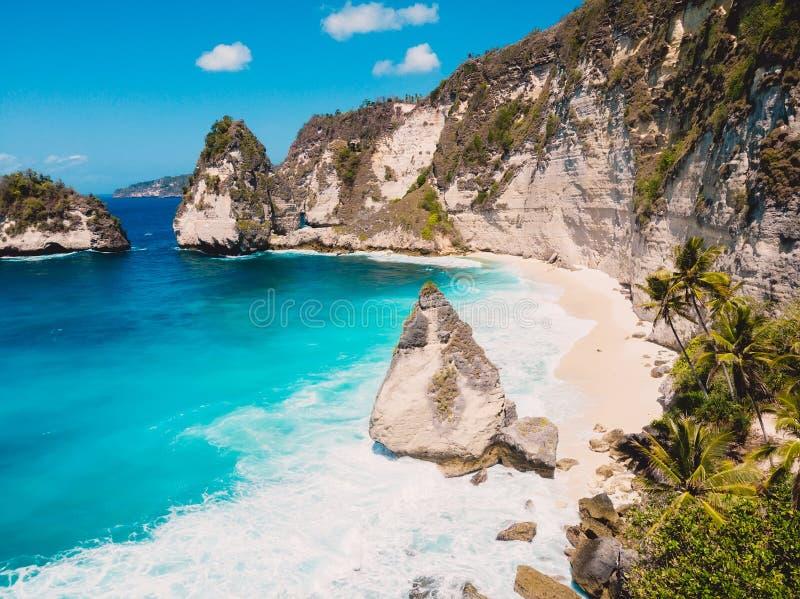 Ακτή, απότομοι βράχοι και μπλε ωκεανός στο νησί Nusa Penida στοκ εικόνα με δικαίωμα ελεύθερης χρήσης