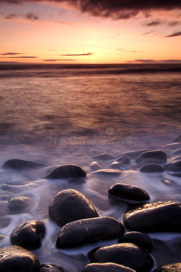 Download ακτή κάστρων dunstanburgh στοκ εικόνες. εικόνα από κάστρο - 2226262