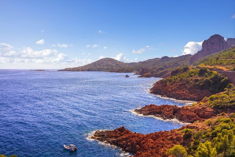 Ακτή και θάλασσα παραλιών βράχων Esterel Κούνια των Καννών Άγιος Raphael Agay στοκ εικόνες