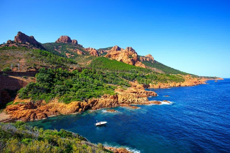 Ακτή και θάλασσα παραλιών βράχων Esterel Υπόστεγο Azu των Καννών Άγιος Raphael στοκ φωτογραφία
