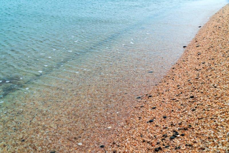 Ακτή με το σαφές νερό και την κίτρινη άμμο στοκ φωτογραφίες με δικαίωμα ελεύθερης χρήσης