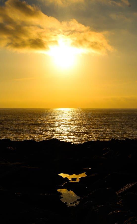 ακτή πέρα από το ηλιοβασίλ&epsil στοκ φωτογραφίες