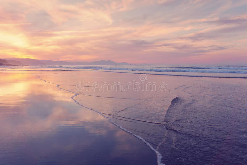 Ακτή παραλιών στο καλοκαίρι στο ηλιοβασίλεμα στοκ εικόνες