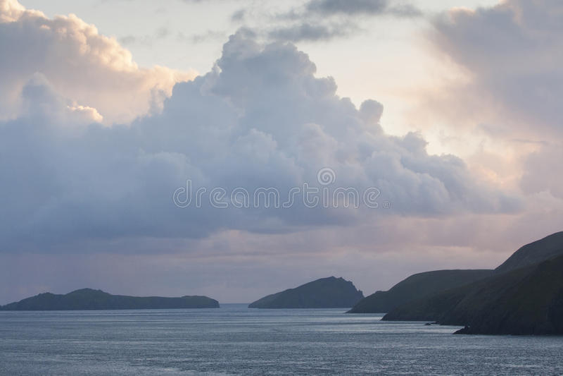 Ακτή πριν από το σούρουπο, Ιρλανδία στοκ εικόνα