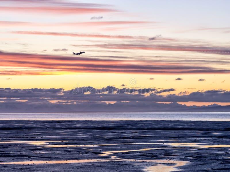 Ακτή της Αλάσκας - δραματικά σύννεφα (αεροπλάνο που απογειώνεται) στοκ εικόνα