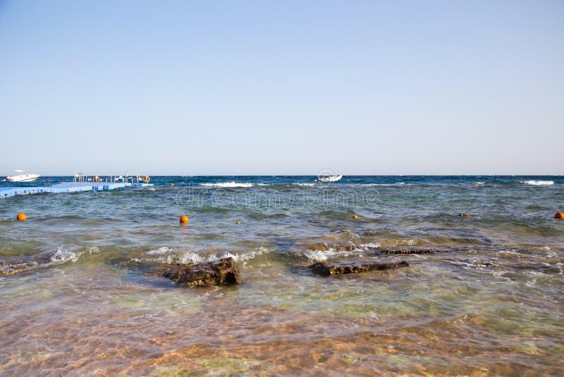 Ακτή της Ερυθράς Θάλασσας, Αίγυπτος γραμμή κυματωγών Αέρας και κύματα Μια μικρή θύελλα Τουρισμός και ταξίδι υποβάθρου Μπλε νερό κ στοκ εικόνες