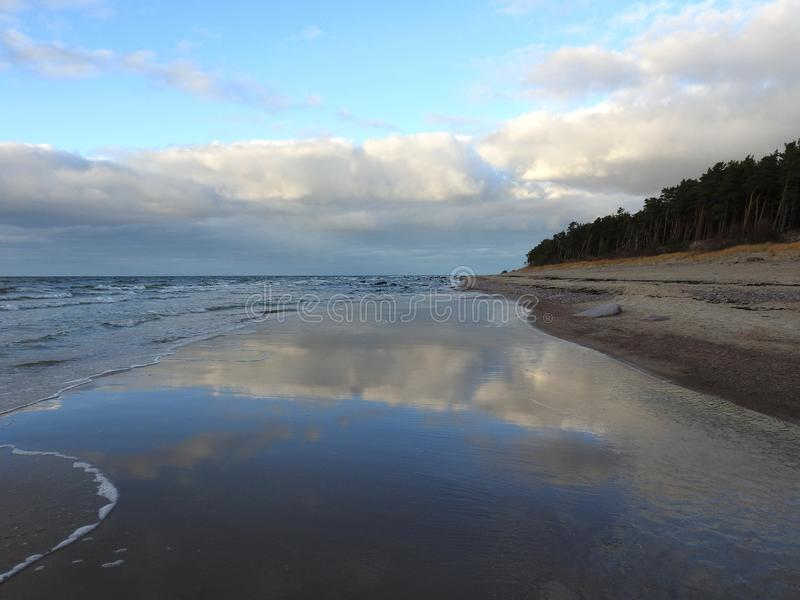 Ακτή της θάλασσας της Βαλτικής και όμορφος νεφελώδης ουρανός, Λιθουανία στοκ εικόνες