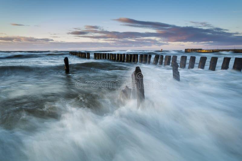 Ακτή της θάλασσας της Βαλτικής κατά τη διάρκεια μιας θύελλας στοκ φωτογραφία με δικαίωμα ελεύθερης χρήσης
